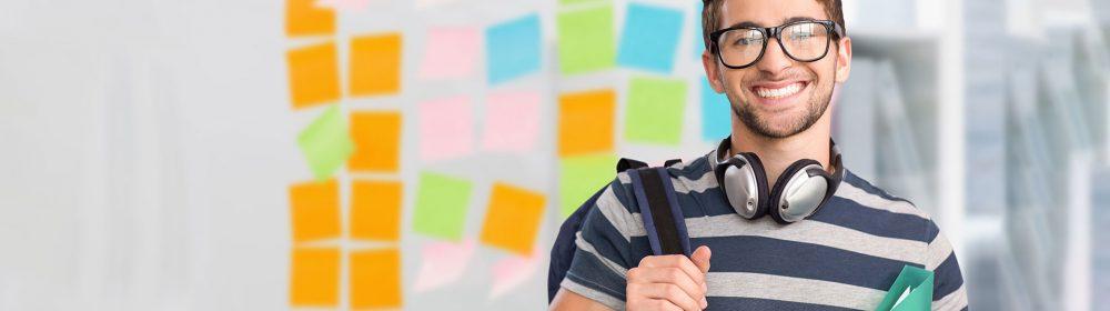 Estudante de óculos de grau com mochila nas costas e pasta na mão